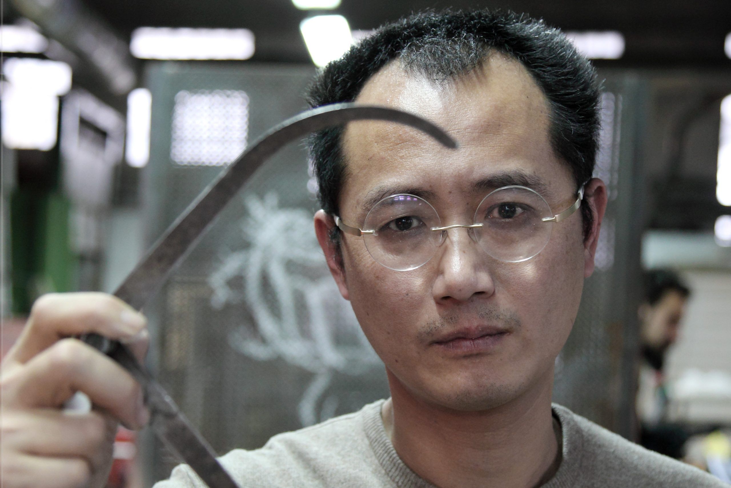 Qiu Zhijie working in Berengo Studio